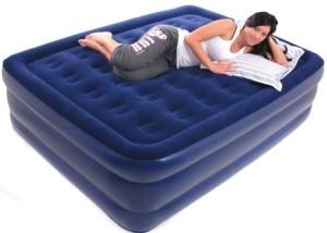 Синий надувной матрас с девушкой