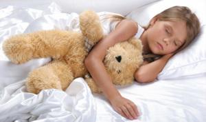 Девочка спит на матрасе