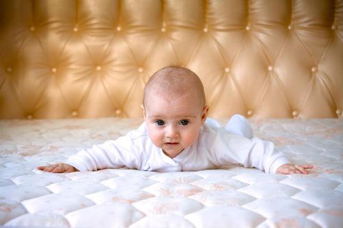 Малыш на матрасе