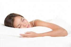 Девушка спит на матрасе