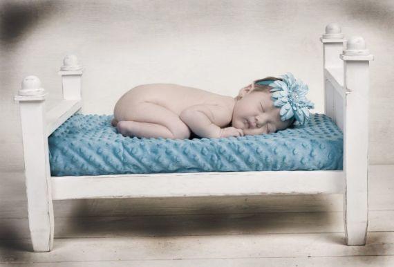 Малыш спит на матрасе