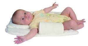 Новорожденный ребенок на матрасе